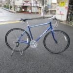 ブルーの自転車に乗って。当店展示中の自転車です。
